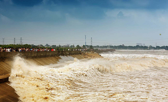 China's Top 10 in The World-The most famous tidal wave in the world—Qiantang River tide